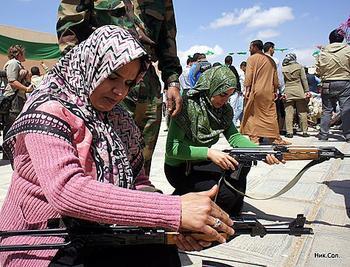 """НАТОвские """"крысы"""" бегут от вооруженных винтовками женщин"""