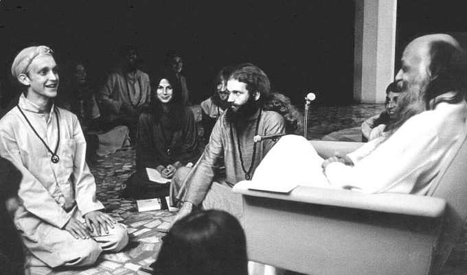 bhagwan_shree_rajneesh_and_disciples_in_darshan_at_poona_in_1977-680x401