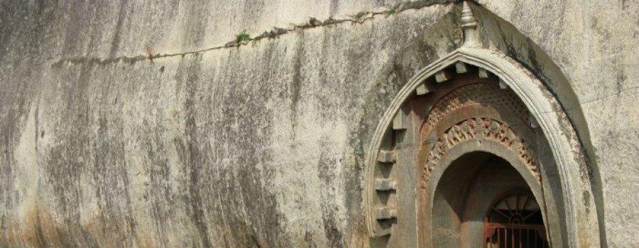 Пещеры Барабар. Индия. Помещения, вырезанное в скале идеальны!