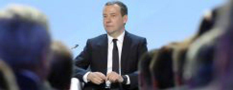 Опора России: незаменимый Медведев, непотопляемый Сердюков.