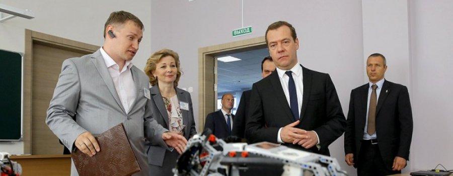 Медедеву показали робота из набора LEGO, выдав его за отечественную разработку
