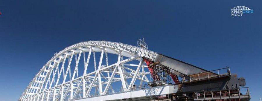 Железнодорожную арку моста в Крым начали перемещать к понтону (фото и видео)